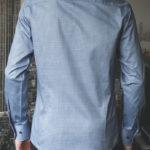 Приталенная синяя рубашка с черным узором Vester 86416 E сзади